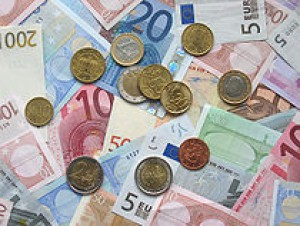 210px-euro_coins_and_banknotes.jpg